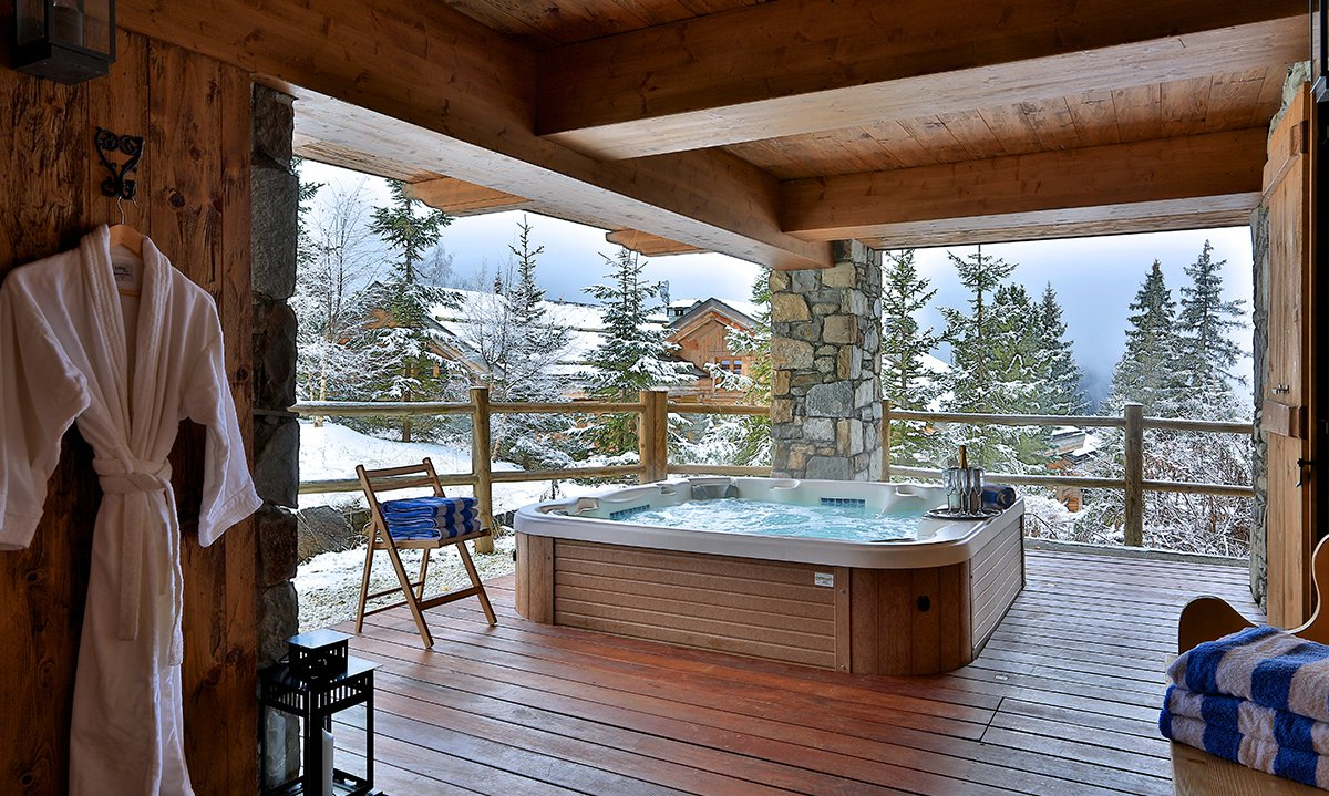 Outdoor Hot Tub with Champagne