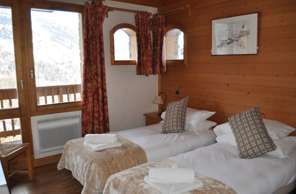 Chalet Chardon Twin Bedroom with balcony