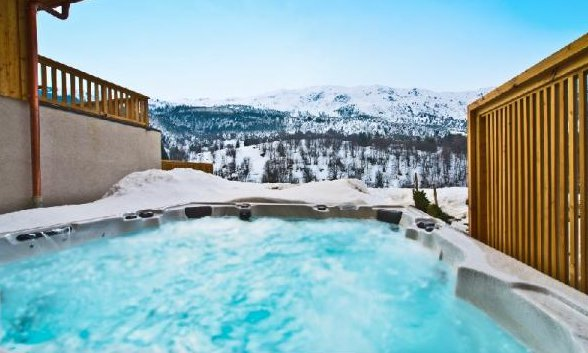 Chalet La Petit Chapelle Hot Tub