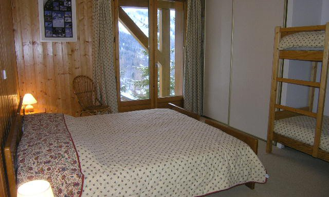 Double bedroom with bunk beds in Chalet Vent de Galerne in Meribel