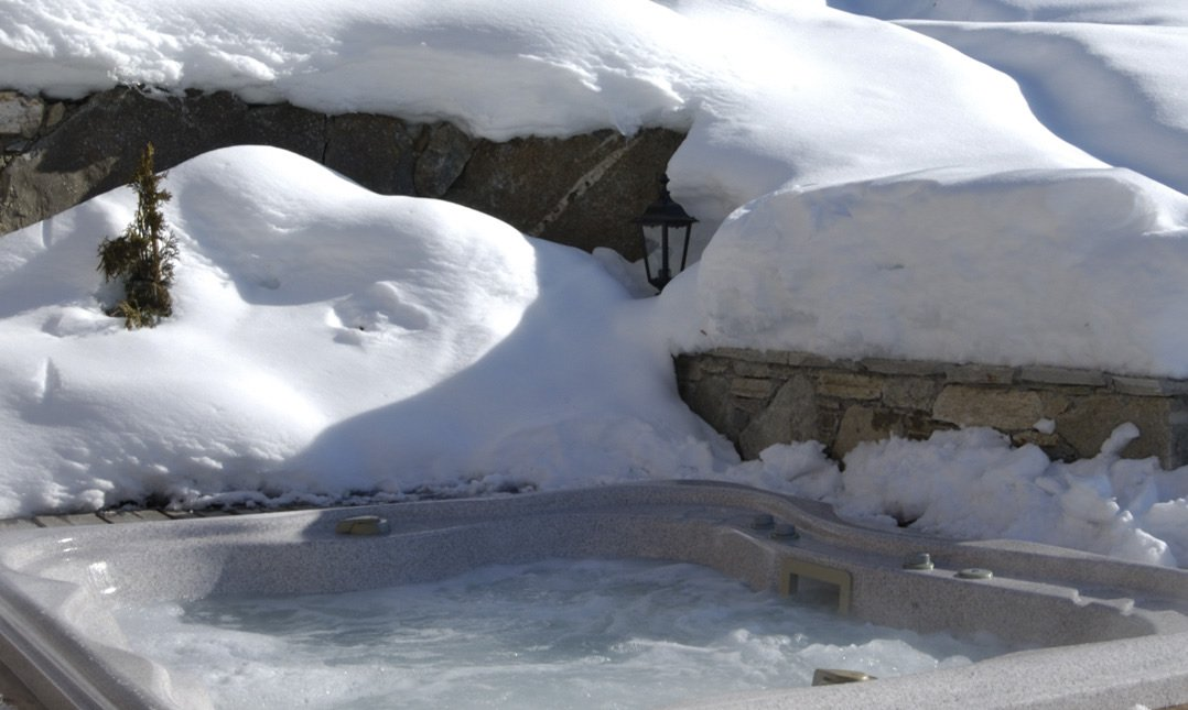 The outdoor hot tub in Luxury Chalet Brioche