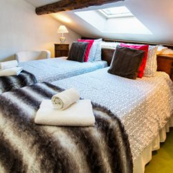 Twin bedroom in Chalet Meilleur in Meribel