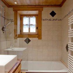 Chalet Trois Coeurs bathroom with bath