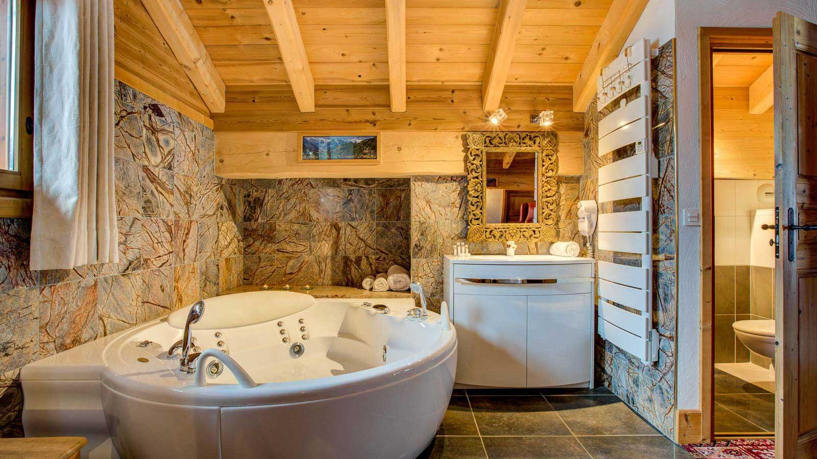Chalet Laetitia bathroom with corner bubble bath