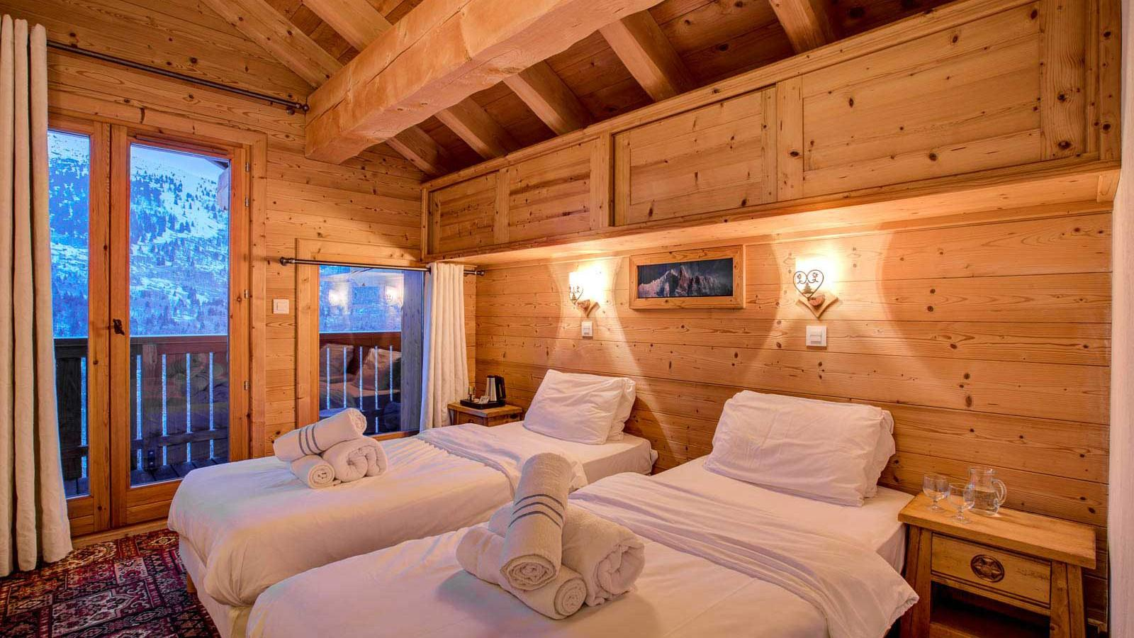 Chalet Laetitia twin bedroom with balcony