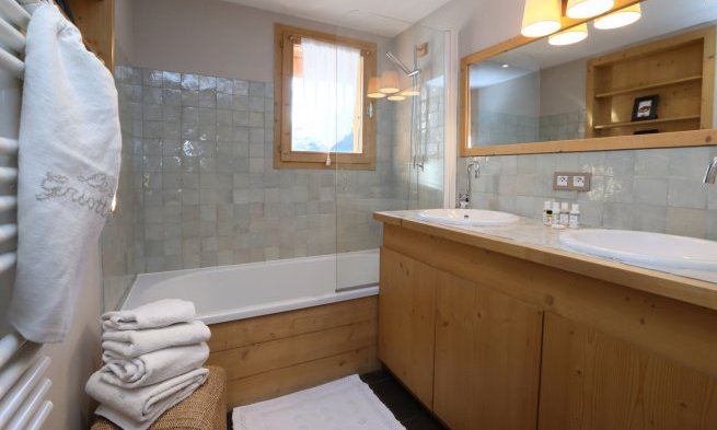 Chalet bathroom with double sinks and bath