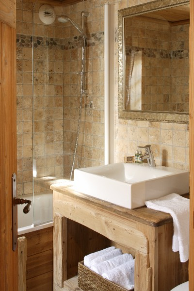 Chalet Trois Coeurs bathroom with shower