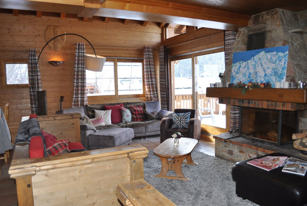 Chalet Chardon Living room with open fire and balcony