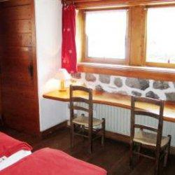 Twin bedroom in Chalet Altitude 1600 in Meribel