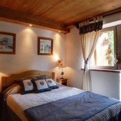 Lovely double bedroom in chalet La Fugue Meribel