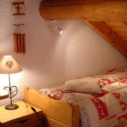 Twin bedroom under eaves in chalet La Fugue Meribel