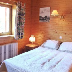 Double bedroom with balcony in Chalet La Renarde