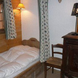 Twin bedroom in apartment Petaru Meribel