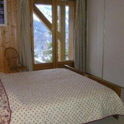 Double bedroom with bunk beds in Chalet Vent de Galerne in Meribel