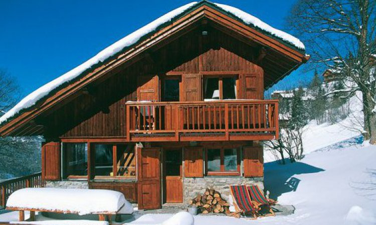 Chalet Bambis in the snow beside the piste