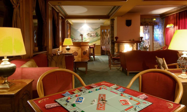 Games of monoploy in Chalet Hotel Alba