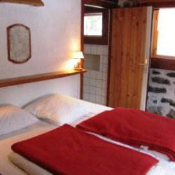 Twin bedroom in Chalet Altitude 1600 in Meribel